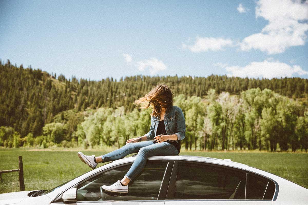 junge Frau auf Auto