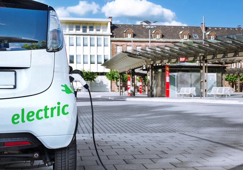Carsharing Elektroauto an Ladestation mit ÖPNV Bushaltestelle