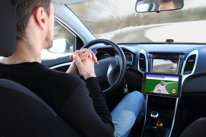 Künftig steuern Autos auch alleine durch den Verkehr