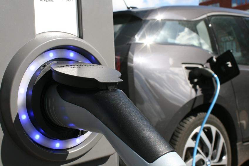 Dónde y cómo recargar un coche eléctrico en Madrid.