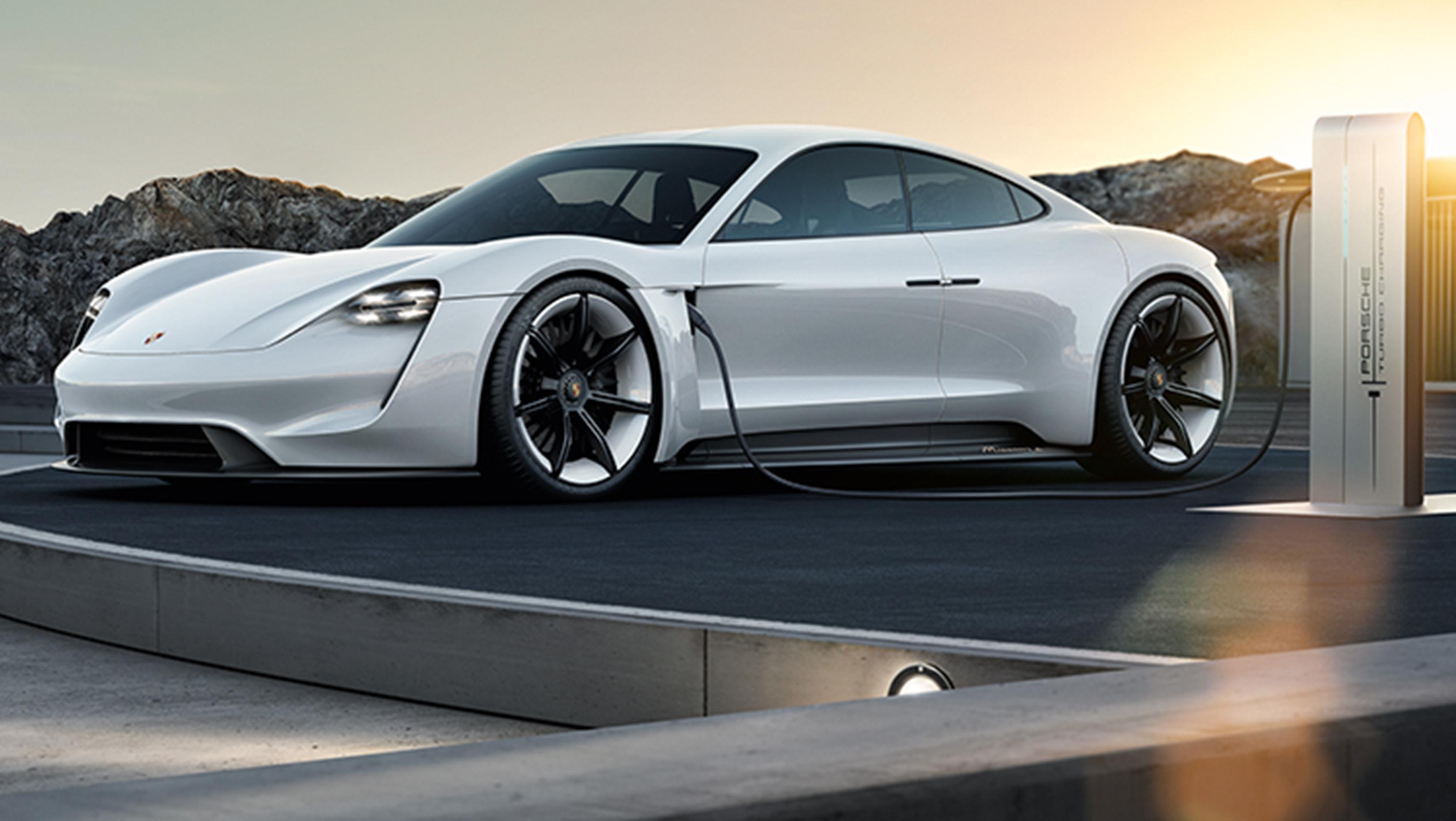 Beladen des Porsche Mission E ist sowohl über den Stecker als auch über eine induktive Plattform möglich
